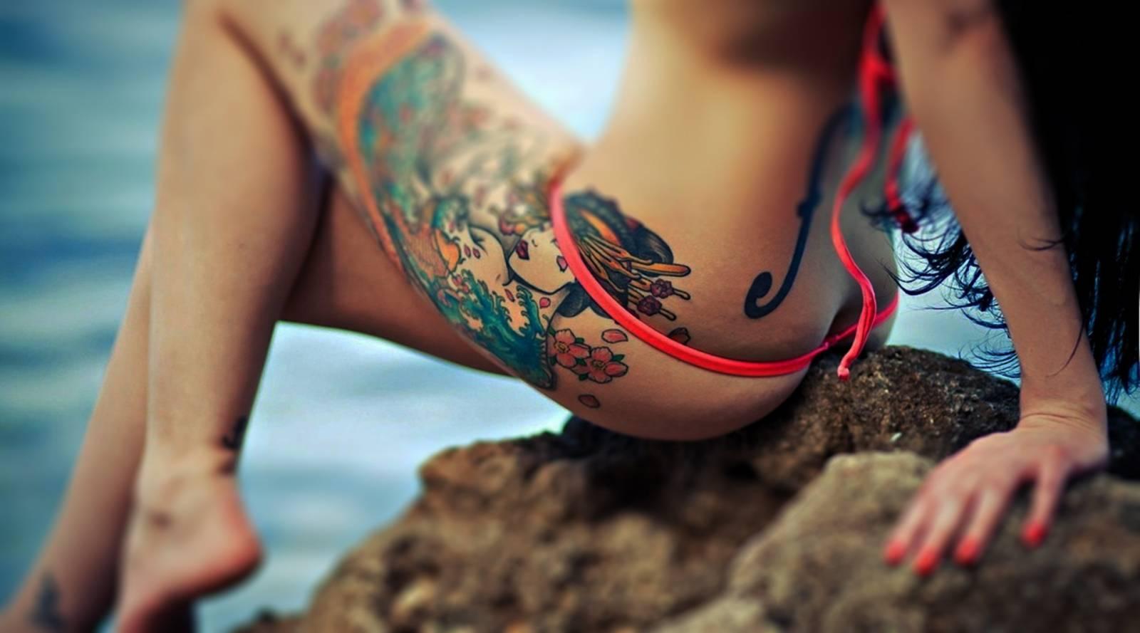 Большая татуировка у девушки между ног фото 85-873