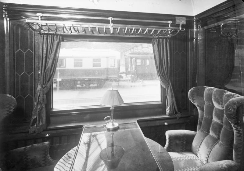 Der Rheingold-Express, welcher zwischen Hoek van Holland, Köln, Basel und Luzern verkehrt, ist jetzt zwei Jahre in Betrieb! Blick in das vornehm ausgestattete Abteil I. Klasse des Rheingold-Express.